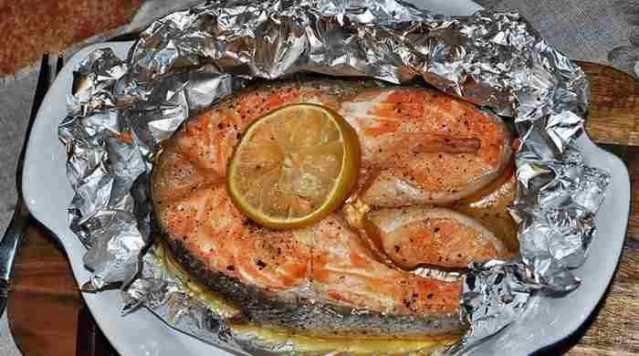 Лосось, запечений в духовці, смачний рецепт соковитої риби у фользі