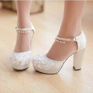 6917b8d42a1a50 Для весілля купуються тільки туфлі. Варто відмовитися від босоніжок,  ботильйонів або чобіт. Незалежно від пори року, на дівчині повинні бути  саме весільні ...